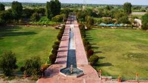 exterior_-mughal_fountains_gardens_umaid_lake_palace_hotel_kalakho_dausa_rgtsq5
