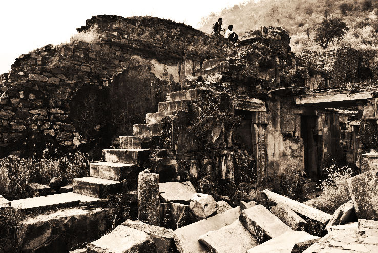 xbhangarh-fort_1443704897e12.jpg.pagespeed.ic.ehQhE4-LhL
