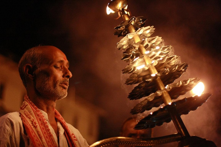 Sandhya Aarti performed at Ram Ghat, Chitrakoot Image Coipyright @Flickr